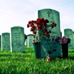 Begraafplaats met bloemen