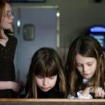 Kinderen kijken tijdens uitvaart naar overledene