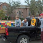 Kinderen staan bij kist op auto