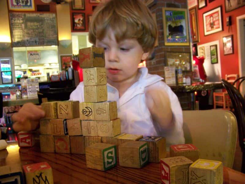 Kind speelt met blokken in restaurant, Ouders van Nature.nl