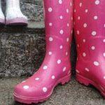 Roze regenlaarzen op de trap, Ouders van Nature.nl