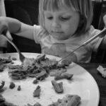 Meisje eet met mes en vork Oudersvannature