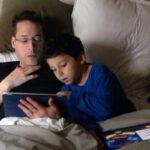 Papa met zoon in bed, Oudersvannature.nl