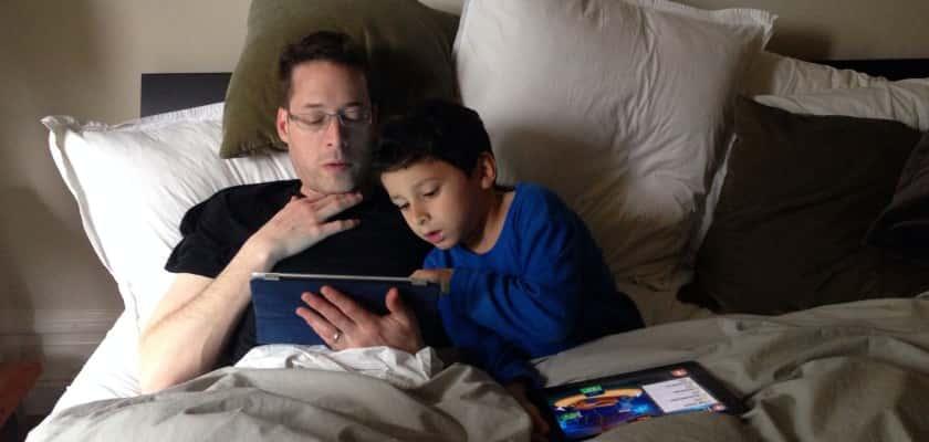 Ouder en kindervoetjes in familiebed, oudersvannature.nl