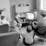 Zwart wit, gezin jaren 50 kijkt tv