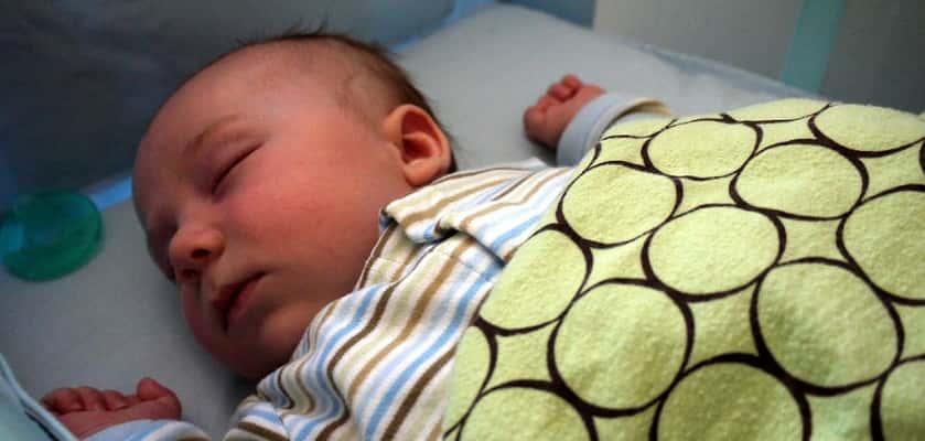 Samen slapen met je baby schadelijk volgens experts in Nieuwsuur