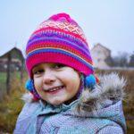 meisje in winter met roze muts