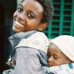 moeder en baby in draagdoek