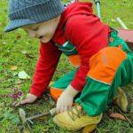 schoffelend kind in moestuin
