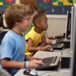 Kinderen achter de computer op school