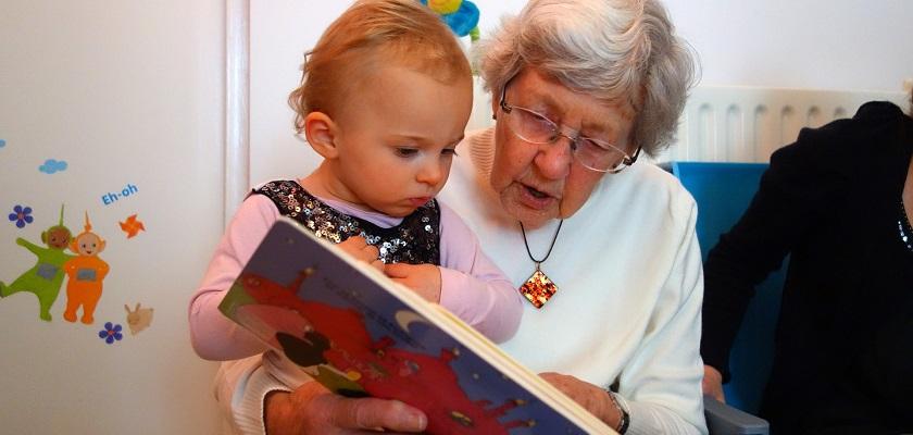 voorlezen is belangijk voor de ontwikkeling van kinderen, oudere en jonge