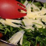 Salade van veldsla tomaatjes en parmezaanse kaas