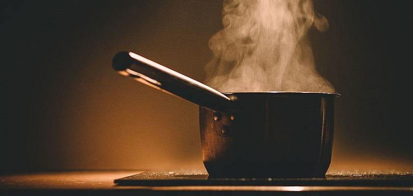 Een belangrijke oorzaak van fijnstof in huis is koken