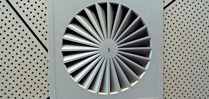 Mechanische ventilatie zuigt lucht af terwijl schone lucht door open ramen of ventilatiegaten de woning binnen komt.