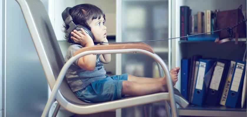 jong kind volgt het nieuws