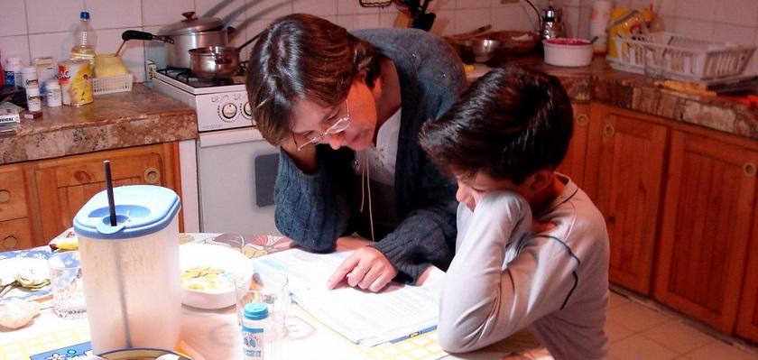 Kinderen help je af en toe bij huiswerk.