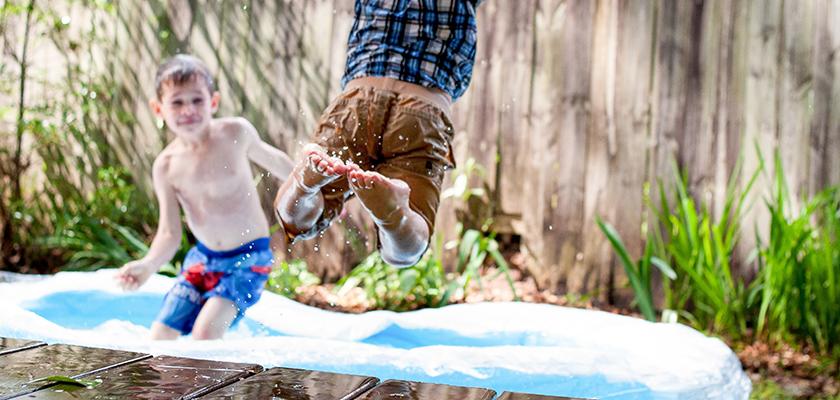 Spelen met de sproeier als het warm is, is fijn.