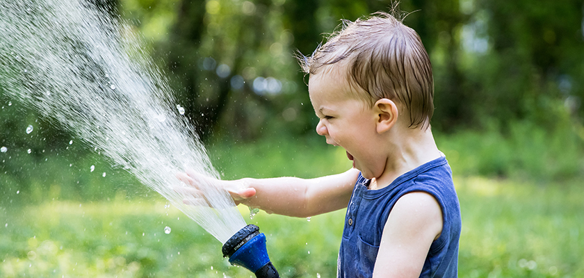 Rennen door de tuinsproeier is leuk voor kinderen als het warm is.