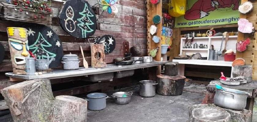 Keuken buiten Gastouderopvang 't Vosje nodigt uit tot sspelen.